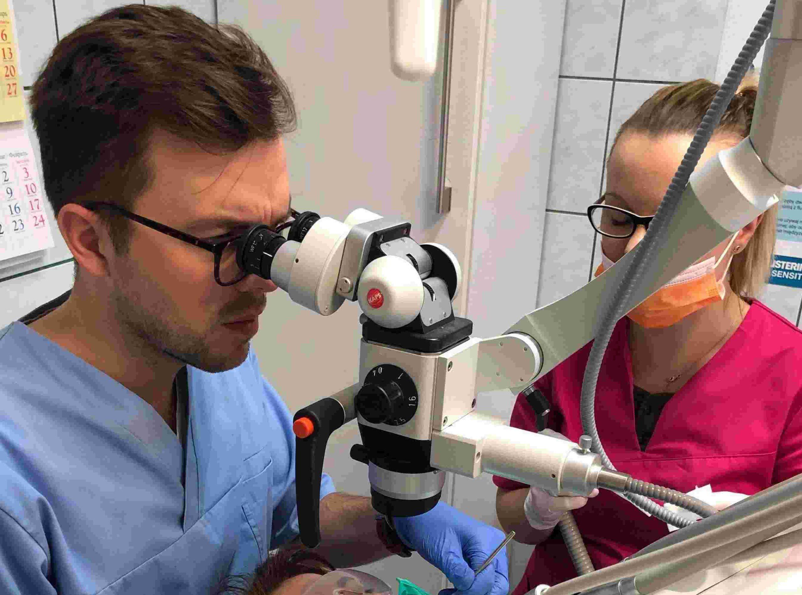 mikroskop-leczenie-kanałowe-stomatolog-Tomasz-Mazur-Demed-Warszawa-Ursynow